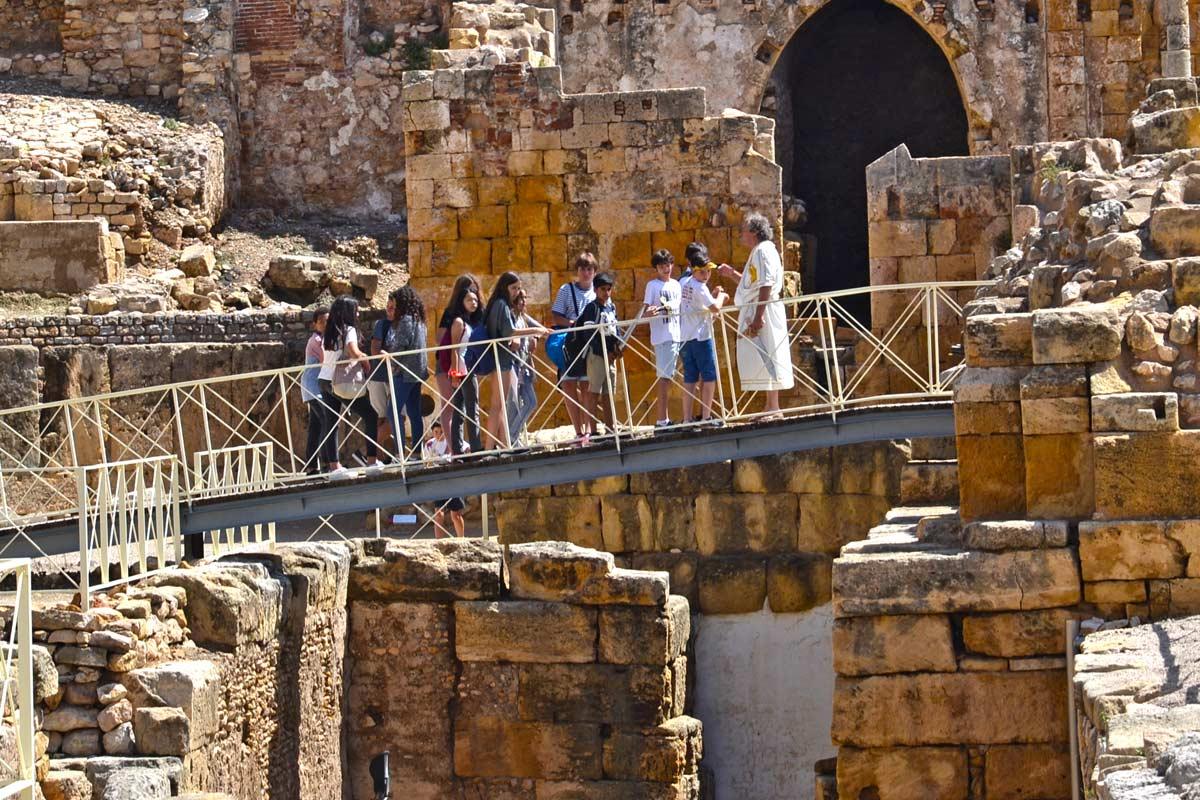 Alumnos en visita guiada al anfiteatro romano