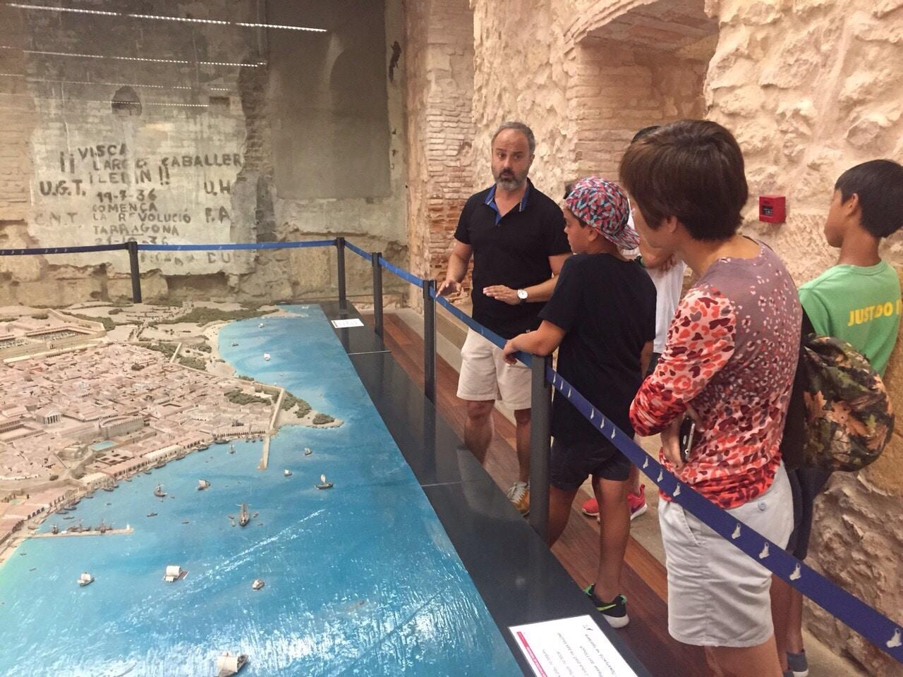 Xavi explicando la maqueta de la tàrraco romana