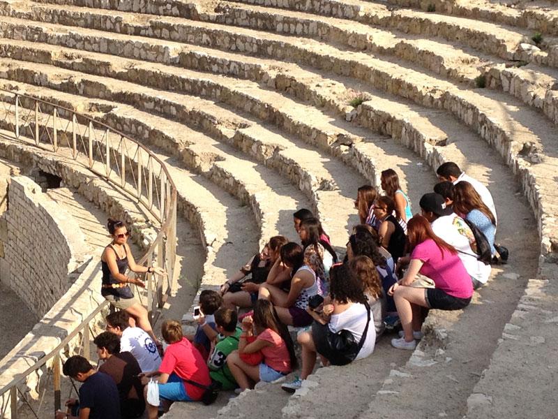 alumnos en visita guiada al anfiteatro