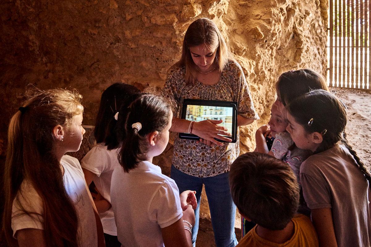 niños aprendiendo como vivian los romanos