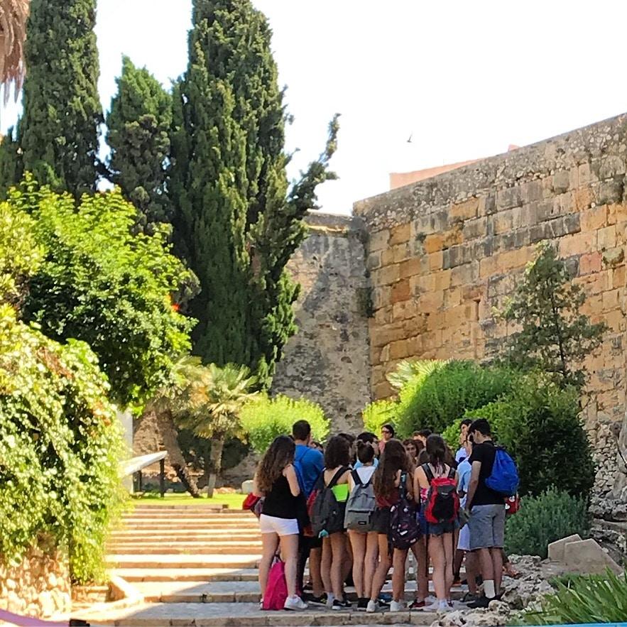 alumnos de secundaria en la muralla de tarragona