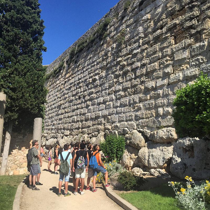muralla tarragona i alumnes de batxillerat